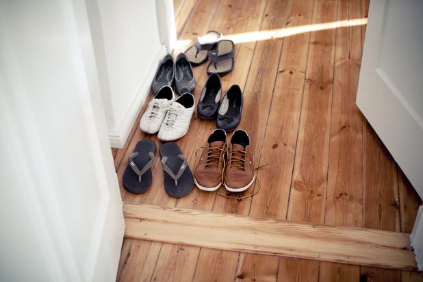 Pourquoi vous devriez toujours enlever vos chaussures à la maison