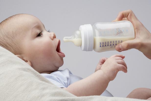Un bébé avale chaque jour en moyenne plus d'un million de microparticules plastique détachées de son biberon