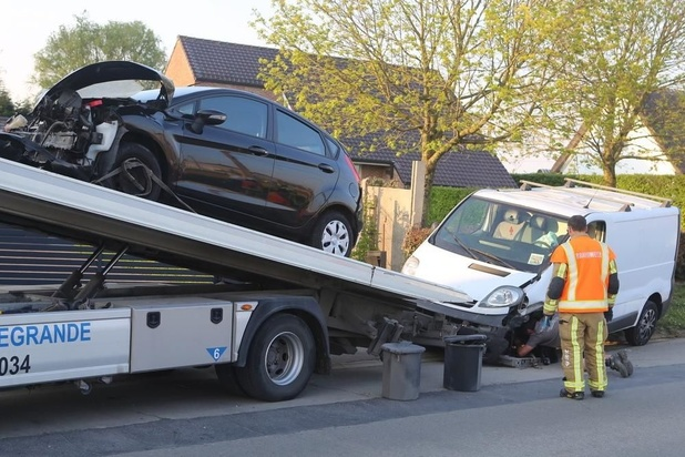 Twee gewonden bij zware klap op kruispunt in Lendelede