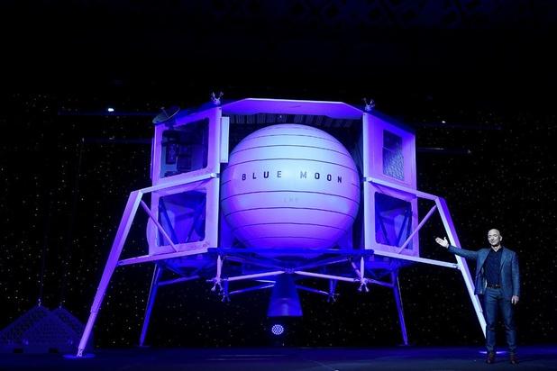 Bezos stelt maanlander voor: 'We moeten terugkeren naar de maan, deze keer om er te blijven'