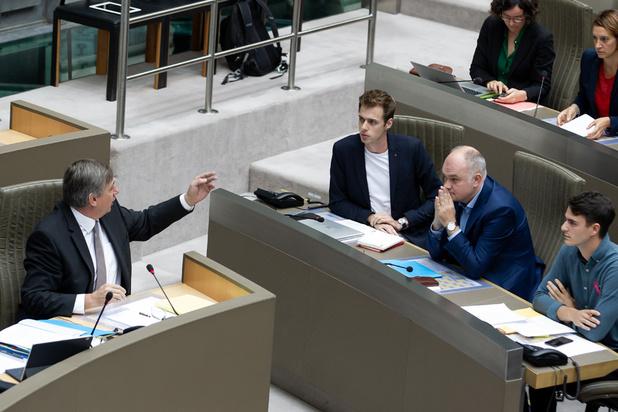 Herlees hier het relaas van een bizarre ochtend in het Vlaams Parlement: 'Jambon toont dedain voor het parlement'