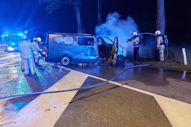Bestelwagen vat vuur na ongeval in Zuienkerke