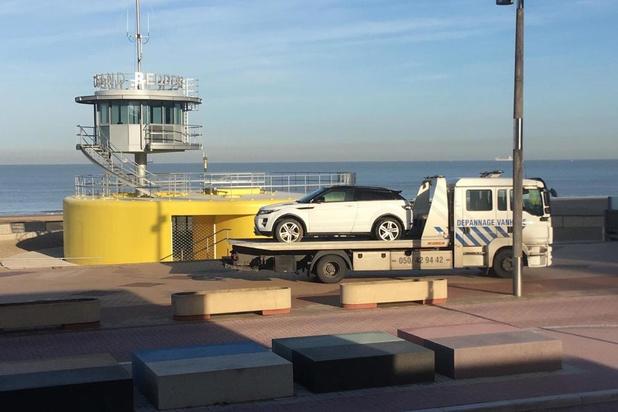 Range Rover rijdt zich vast op strand in Knokke