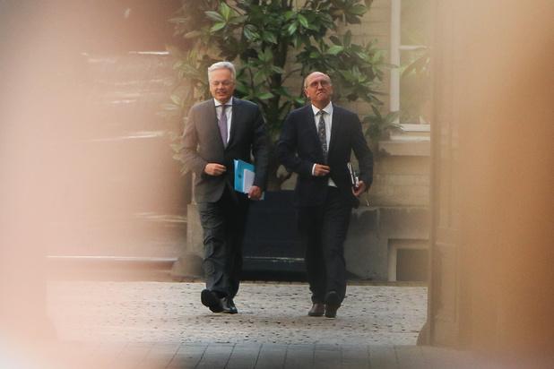 Informateurs Reynders en Vande Lanotte brengen eerste verslag uit bij koning Filip