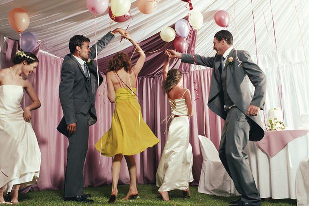 Coronavirus : il est autorisé de danser à un mariage, dans sa bulle