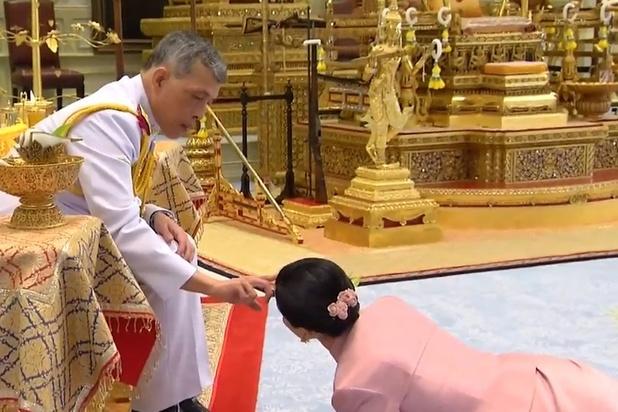 Thaïlande : 1ère apparition publique pour la nouvelle reine, ex-garde du corps