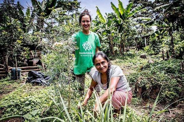 Broederlijk Delen helpt boeren aan een stukje grond om hun eigen fruit en groenten te telen