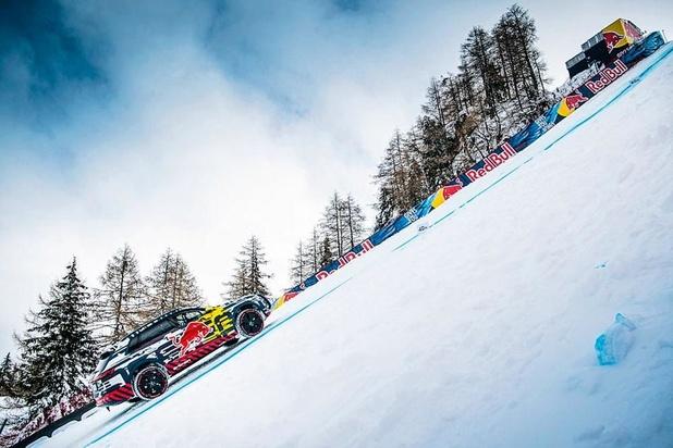 Elle grimpe une piste de ski...
