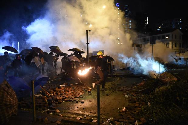 """Hong Kong : la police menace d'utiliser des """"balles réelles"""" face aux manifestants armés"""