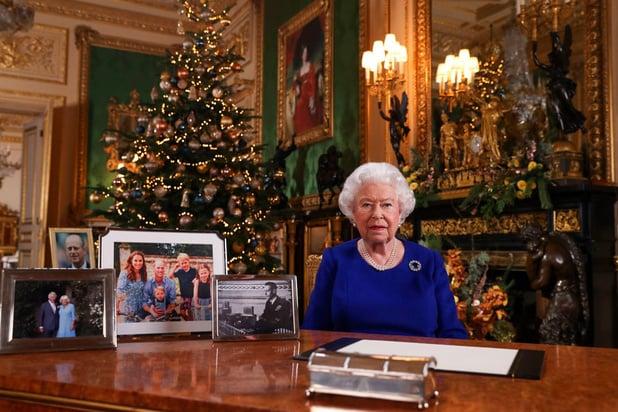"""Elizabeth II reconnaît une année """"semée d'embûches"""" dans son allocution de Noël"""