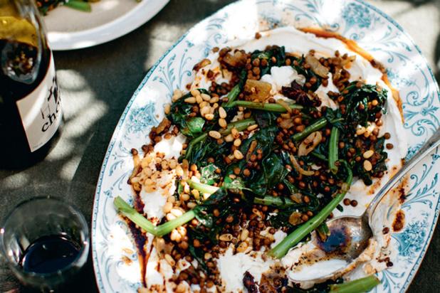 Labneh 'salade' met linzen, wilde spinazie en spicy boter