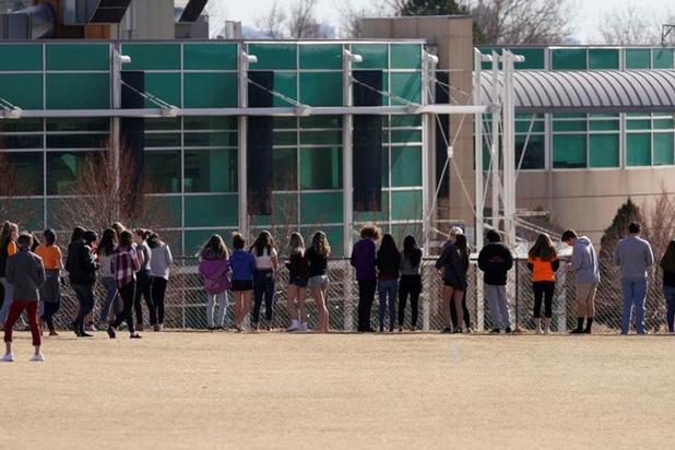 Verschillende scholen in Colorado in lock-out, politie zoekt gewapende vrouw