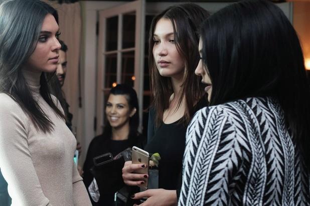 """Le baiser de Bella Hadid avec une autre """"femme"""" pour Calvin Klein, révolte la communauté LGBTQ+"""
