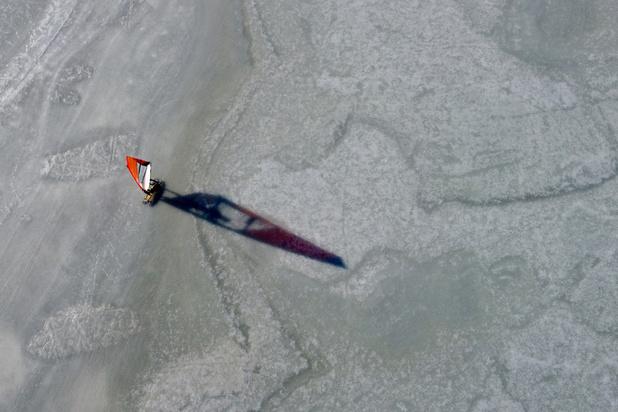 En Finlande, les planches à voile glissent sur une mer gelée (en images)