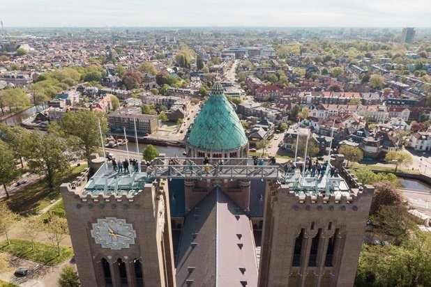Loop op 60 meter hoogte tussen de twee koepels van de Haarlemse kathedraal