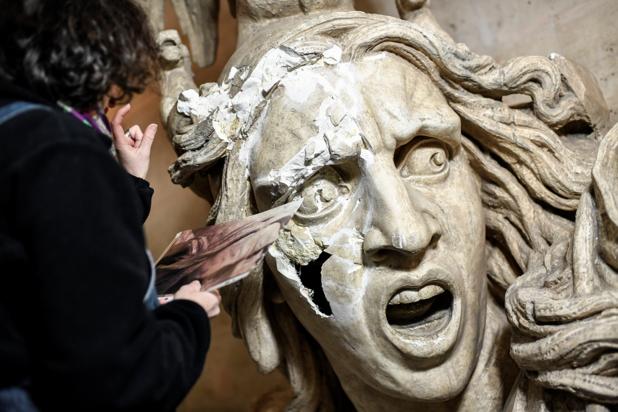 Travail d'orfèvre pour restaurer l'Arc de Triomphe vandalisé