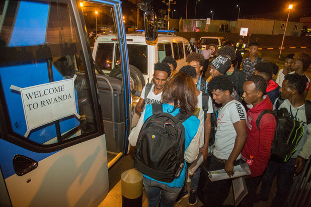 Rwanda neemt voor het eerst vluchtelingen op die in Libië gestrand waren