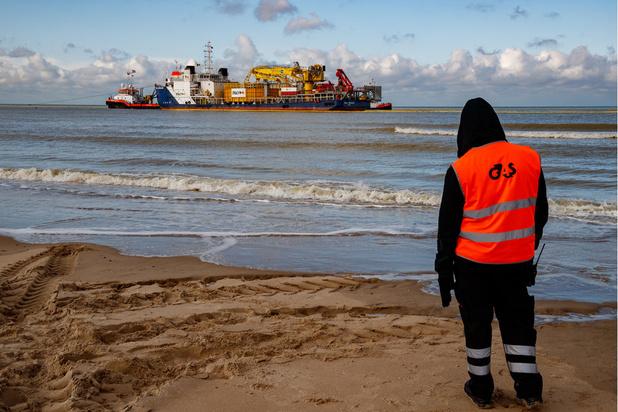 Un énorme bateau s'est échoué sur la plage de Bredene (en images)