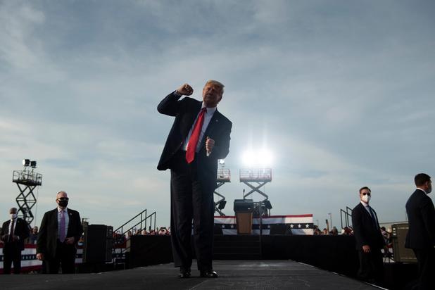 """Trump prédit """"une vague"""" républicaine, malgré les sondages"""