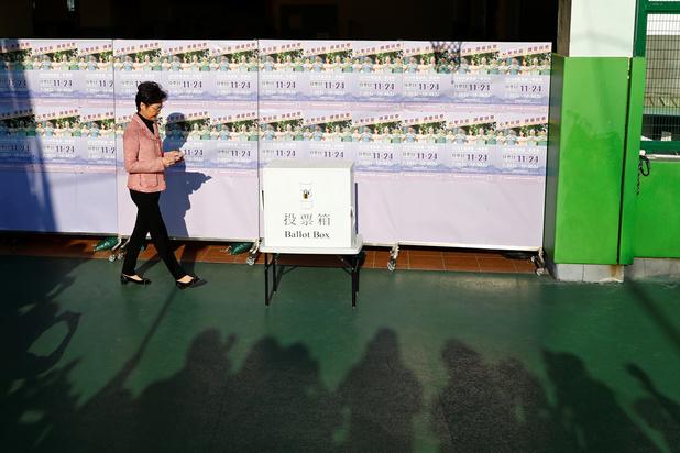 """Victoire des pro-démocratie à Hong Kong: Carrie Lam souhaite """"écouter humblement"""""""