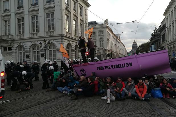 Honderden klimaatactivisten Extinction Rebellion opgepakt op Koningsplein