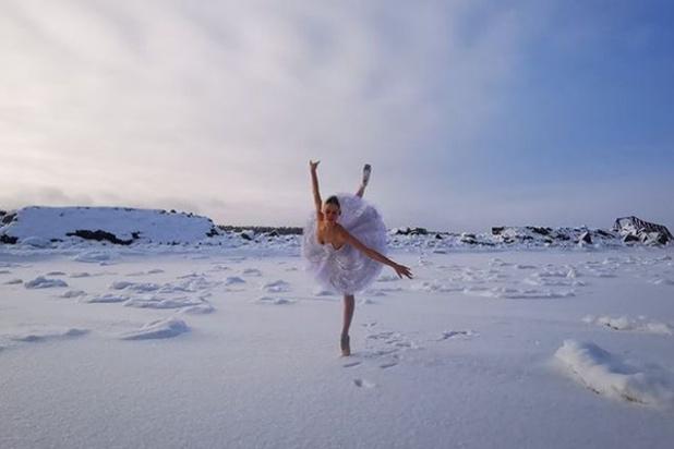 Une ballerine danse par -15 le Lac des Cygnes ° pour sauver des cygnes