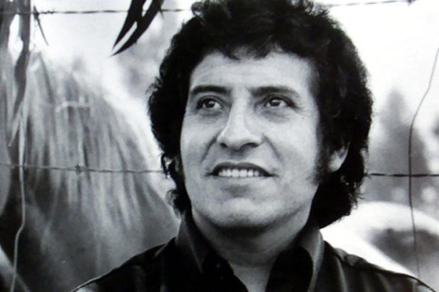 '46 jaar na de moord op Victor Jara blijkt de legendarische protestzanger springlevend'