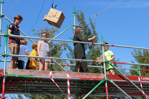 Kinderen bouwen stad met dozen in Waregem