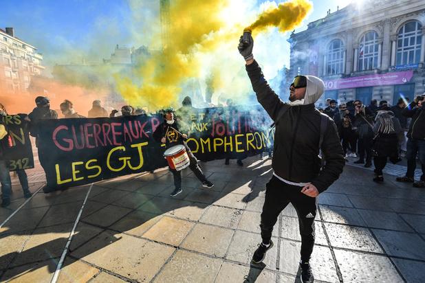 """Plusieurs milliers de """"gilets jaunes"""" défilent dans les grandes villes françaises"""