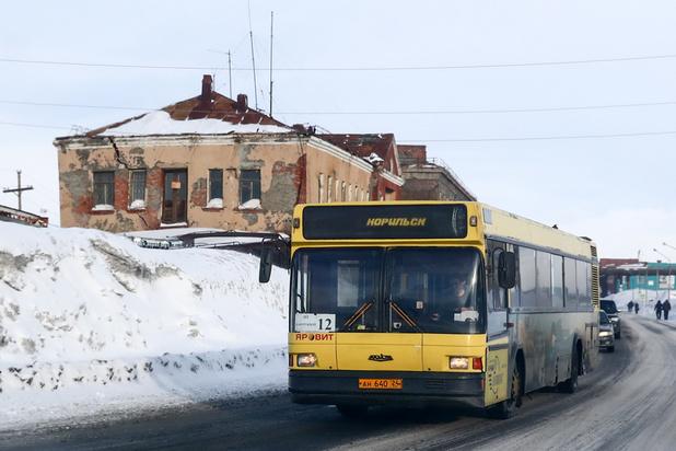 Un bus chute dans une rivière gelée en Sibérie, 19 morts