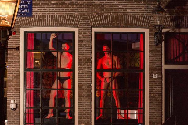 Mannen achter het raam op Amsterdam Pride: sekswerkers vragen aandacht voor moeilijke werkomstandigheden