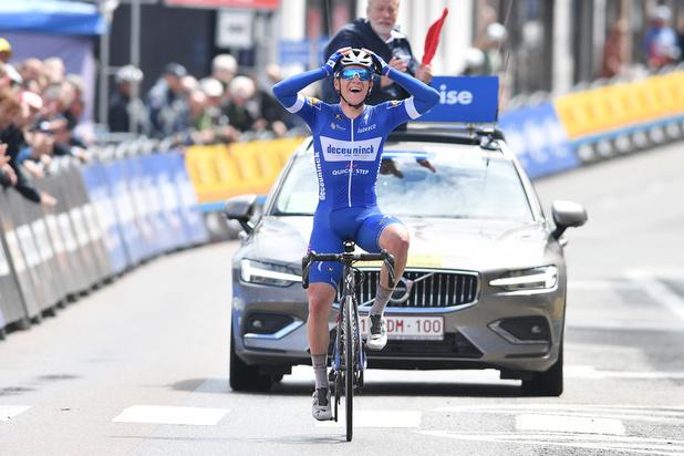 Remco Evenepoel heeft eerste profzege beet: solowinst in Ronde van België