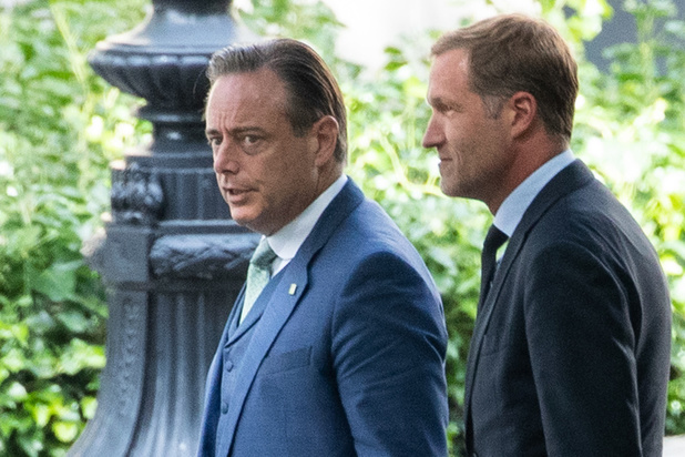 Formation fédérale: Paul Magnette et Bart De Wever prolongés par le Roi