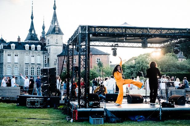 Dan toch een festivalzomer: Charlotte Adigéry, BeraadGeslagen en Lola Haro doorprikken (soms) bubbels op Paradise City