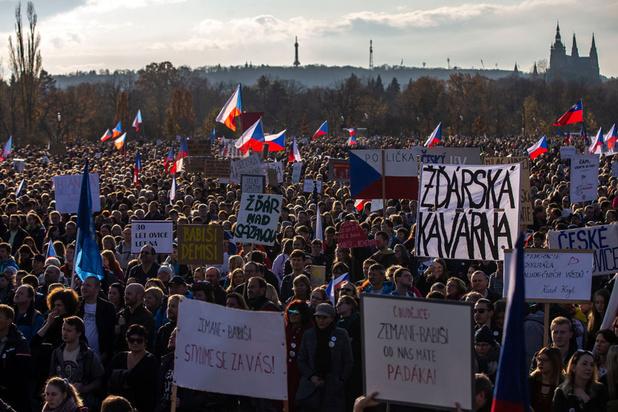 Plus de 200.000 manifestants à Prague contre le Premier ministre, 30 ans après la Révolution de velours