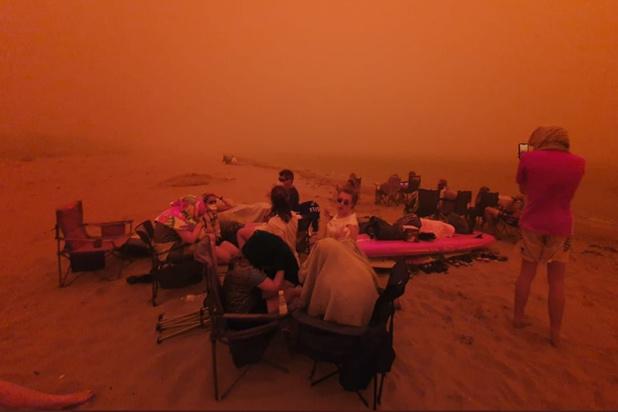 Incendies en Australie: des milliers de personnes dormiront sur des plages (vidéo)