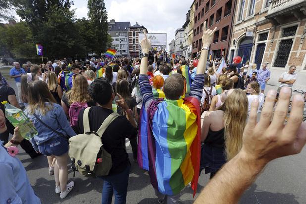 'Er is geen verschil tussen een hoofddoek en een regenboogpin'