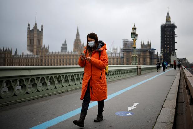 """""""Une propagation du virus hors de contrôle"""" à Londres, la vaccination s'accélère dans le monde"""