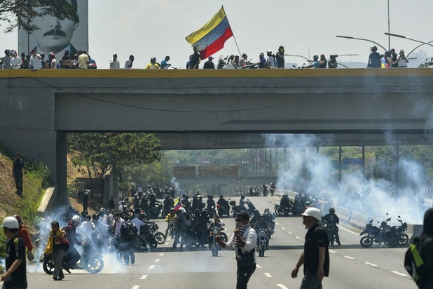 Militaire voertuigen rijden in op demonstranten in Venezuela, 'staatsgreep afgewend'