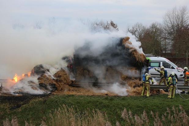 VIDEO Aanhangwagen met stro gaat in vlammen op