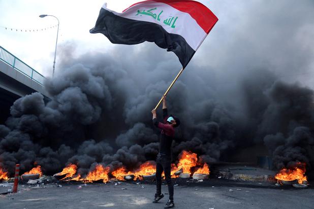 Les Irakiens enterrent leurs morts mais la contestation ne faiblit pas