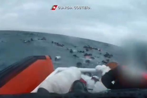 143 migrants sauvés in extrémis au large de Lampedusa (vidéo)