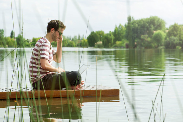 'Meerderheid van wie doorwerkt op reis, is net zo tevreden over zijn vakantie als wie volledig unplugt'