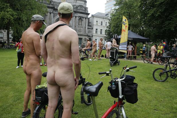 Une centaine de cyclistes nus traversent Bruxelles