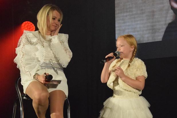 Laura Lynn wordt door dochter Eliana emotioneel op haar fanbal in Salons Mantovani