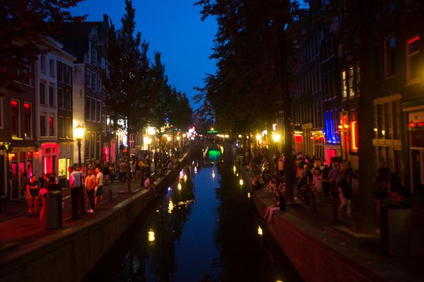 Dévolu à la prostitution mais terriblement touristique, le Quartier rouge d'Amsterdam se cherche