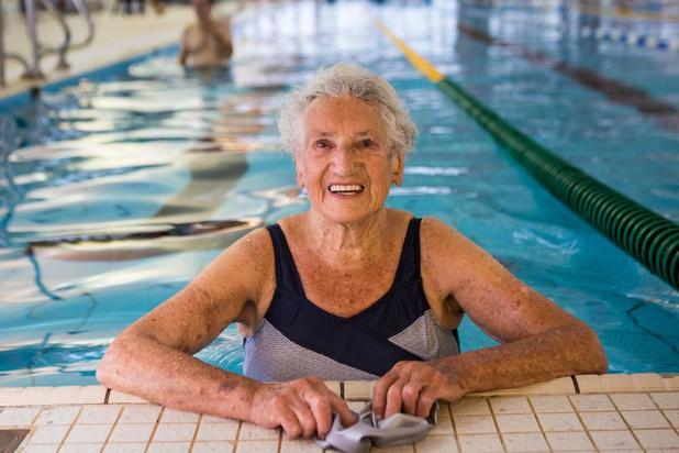 """Jacqueline viert 90ste verjaardag in zwembad: """"Elke dag trek ik tien baantjes"""""""