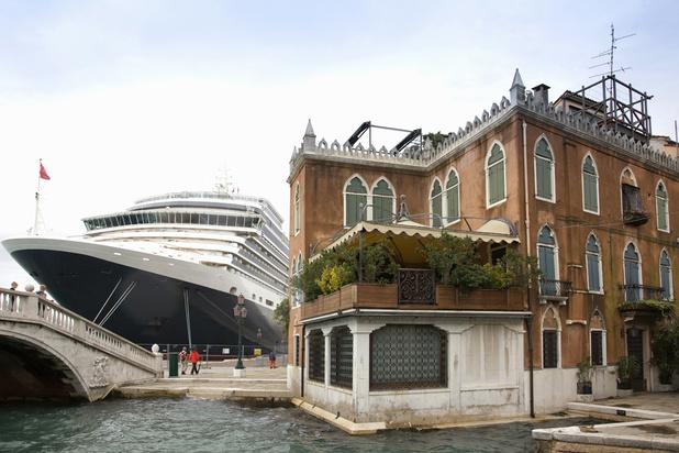Banksy dénonce le surtourisme et les paquebots qui envahissent Venise