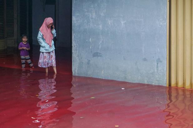 Indonésie: des flots rouges comme le sang