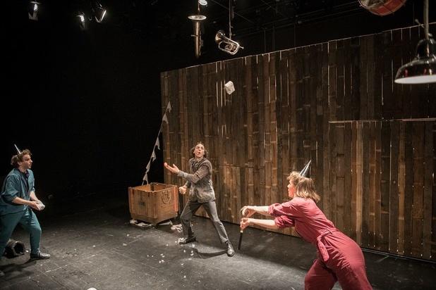 HETPALEIS voert een jonglerende dood op in 'Doe de groeten aan de ganzen'